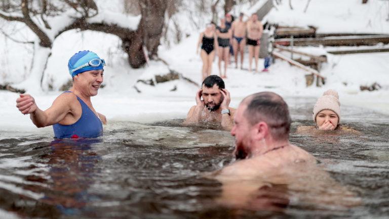 Menschen baden in Eiswasser