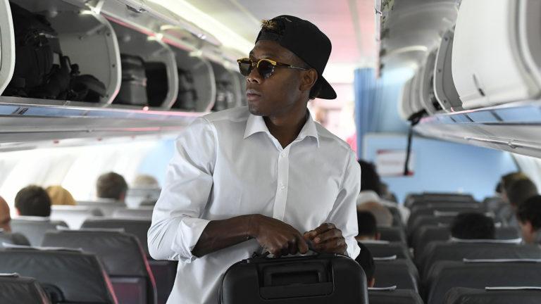 Alaba im Flugzeug mit Sonnenbrille