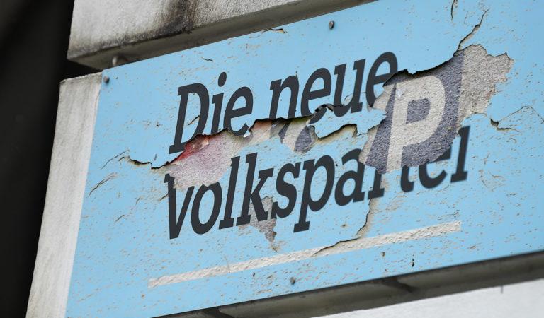 Lack bröckelt vom ÖVP-Schild ab
