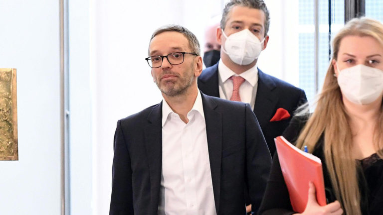 Kickl ohne Maske im Parlament