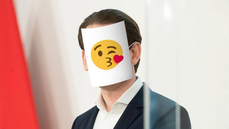 Kurz trägt Papiermaske mit Kuss-Emoji darauf