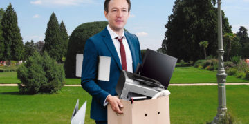 Blümel mit elektronischen Geräten im Park