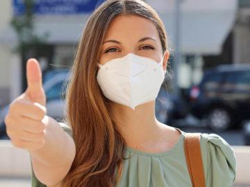 Frau trägt FFP2-Maske