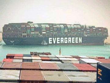 Containerschiff im Suezkanal