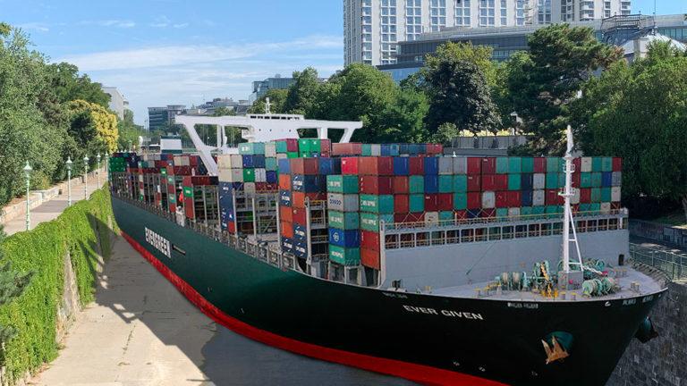 Riesiges Containerschiff im Wienfluss