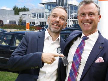 Kickl und Hofer vor einem VW Phaeton