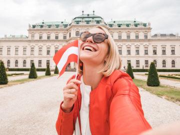 Glückliche Frau vor Belvedere in Wien