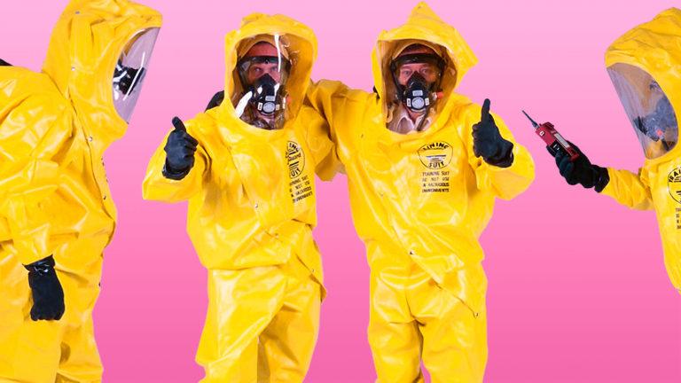 Männer in nuklearen Schutzanzügen