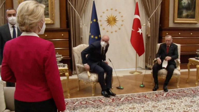 Von der Leyen schaut zu, während Michel und Erdogan Platz nehmen