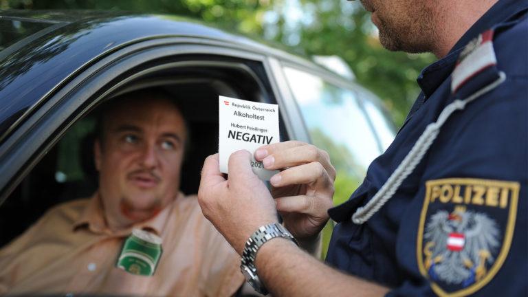 Autofahrer mit Bier in der Brusttasche zeigt Polizist seinen Test