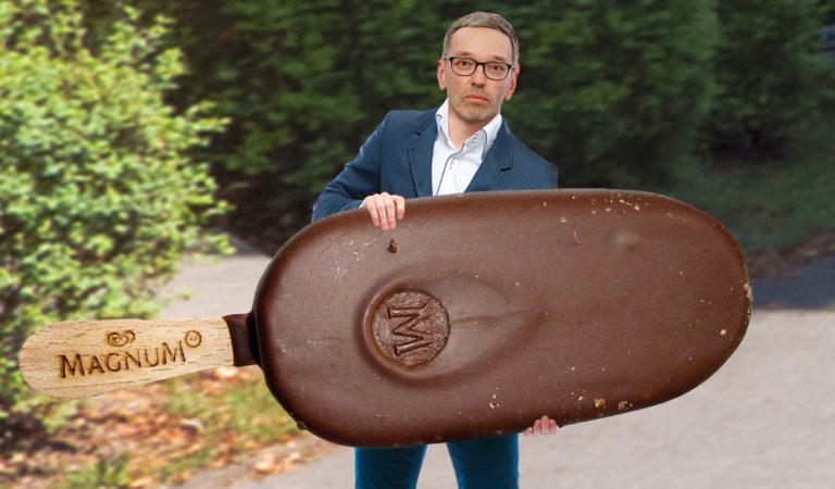 Kickl hält ein riesiges Magnum Eis in den Händen