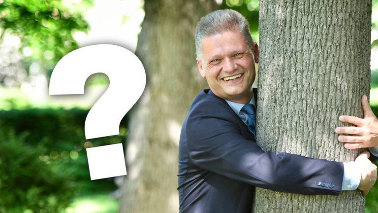 Andreas Hanger umarmt einen Baum