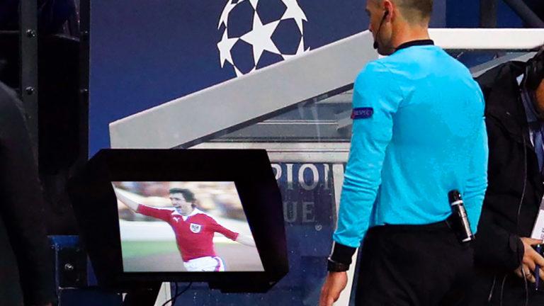 Schiedsrichter prüft Videoaufzeichnung