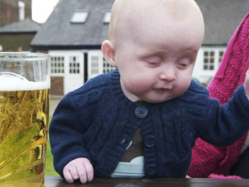 Betrunkenes Baby zeigt Covid-Test