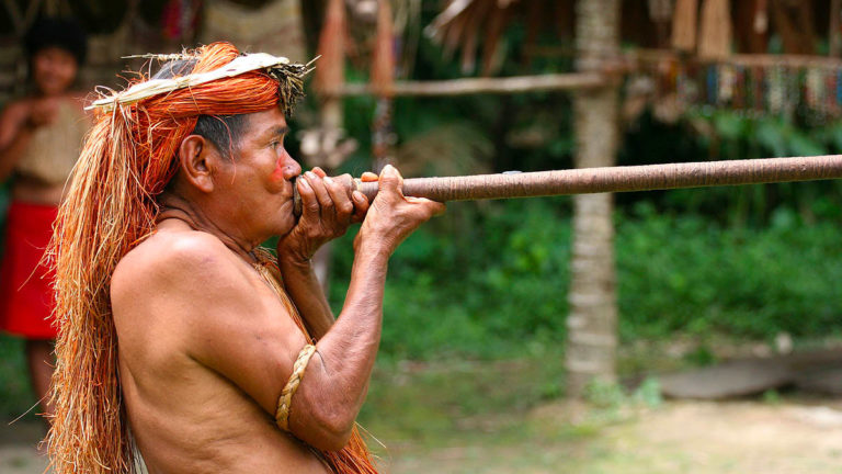 Ureinwohner von Borneo mit Blasrohr