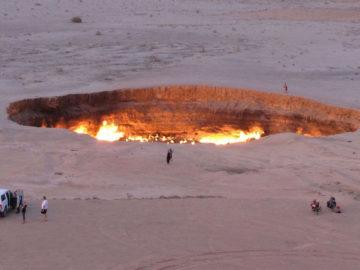 Brennender Krater in einer Wüstenlandschaft