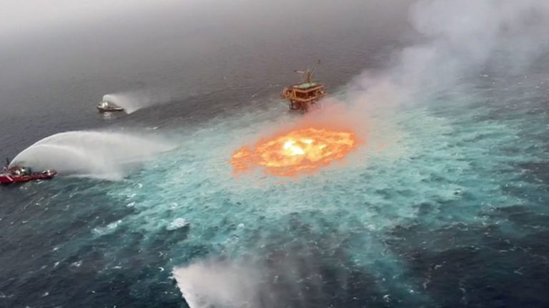 Brennender Golf von Mexiko