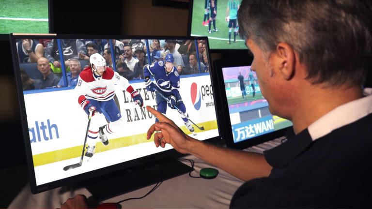 Videoschiedsrichter schaut Eishockey-Spiel