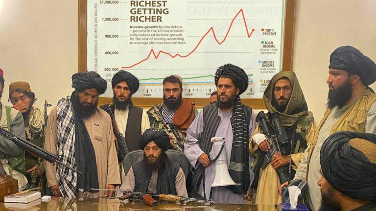 Taliban vor Grafik über Ungleichheit