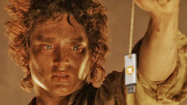 Frodo hält USB-Stick über Flammen von Mordor