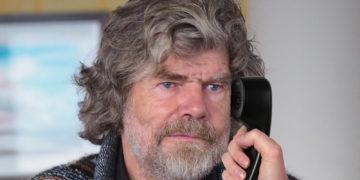Reinhold Messner hält Telefon ans Ohr