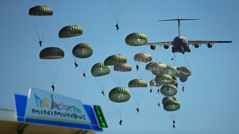 Fallschirmspringer über Minimundus