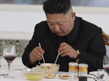 Kim-Jong-Un isst aus einer Schüssel