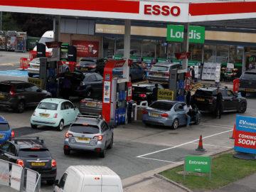 Stau vor Tankstelle