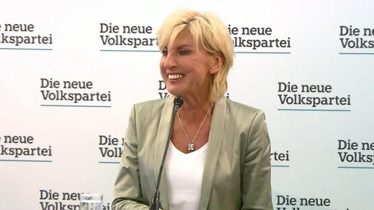 Gaby Schwarz lächelt ganz normal auf einer Pressekonferenz