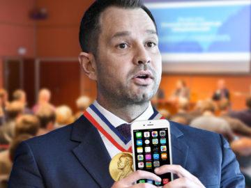 Thomas Schmid präsentiert sein Handy samt Preis