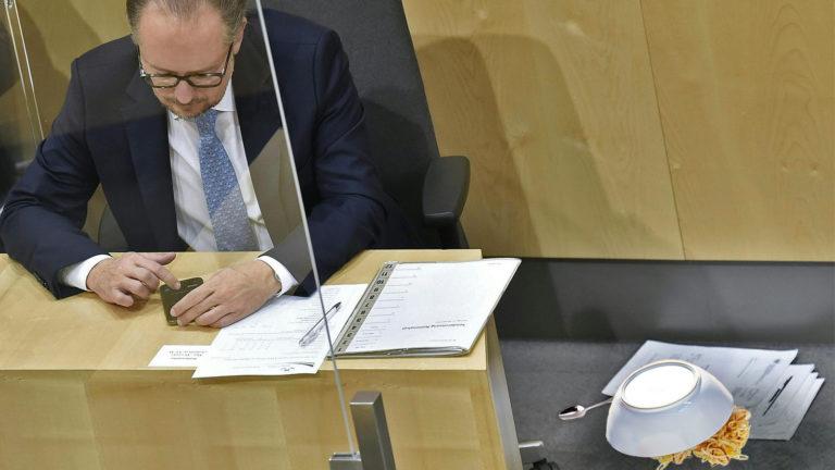 Schallenberg sitzt neben seinem heruntergeworfenen Mittagessen