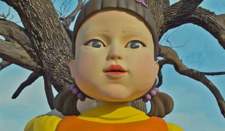 Die Puppe aus Squidgame posiert mit leerem Blick